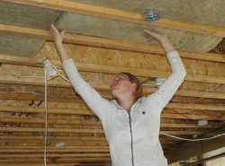 Утеплить потолок минватой в частном доме достаточно легко. С этой работой может справиться даже новичок