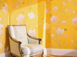 Обои в желтых тонах персонализируют интерьер,  превращая помещение в тихое и уютное место для отдыха