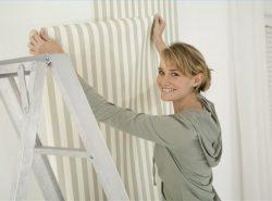 Стены, покрытые водоэмульсионной краской, можно оклеить обоями, предварительно очистив поверхность