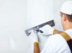 Перед началом работы по оклеиванию поверхности обоями, проводят шпаклевку стен для маскировки незначительных дефектов – царапин, пятен и т.д.