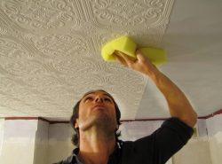 Оклейка потолка обоями - это недорогой и практичный способ внутренней отделки помещения