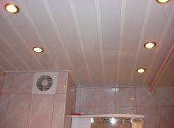 Потолок из пластиковых панелей - простой и надежный вариант отделки жилых помещений
