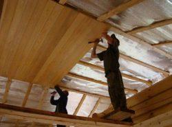 Деревянный потолок можно сделать самостоятельно. Данный вид отделки пользуется большой популярностью в частных домах