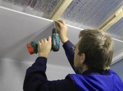 Для крепления пластиковых панелей потребуются качественный профиль и саморезы