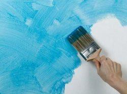 Покраска обоев дает возможность скрыть небольшие дефекты поверхности