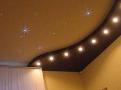 Сочетания разных материалов и цветов натяжных потолков создадут в комнате необычную и яркую атмосферу