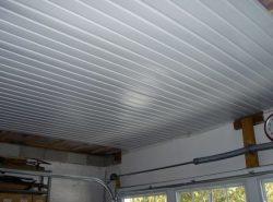 Для отделки потолка в гараже лучше использовать фанеру или ПВХ-панели