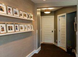 Светлые двери в прихожей хорошо сочетаются с темными оттенками обоев, на фоне которых они выделяются