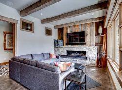 Потолок с балками органично впишется в интерьер как современной городской квартиры, так и загородного дома