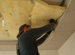 Чтобы предотвратить потерю тепловой энергии через потолок, необходимо осуществить процесс  его утепления