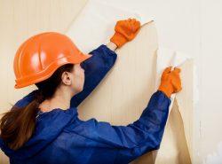 Придать жилой комнате неповторимый колорит помогут новые обои, но перед началом их наклеивания необходимо удалить старое покрытие