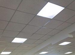 Подвесные потолки со встроенными светильниками хорошо смотрятся как в офисных помещениях, так и в жилых домах