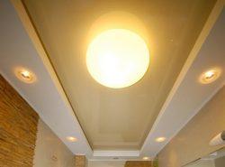 Споты позволяют создать необычные световые рисунки или просто подсветить рабочие части комнаты