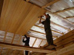 Для потолка в деревянном доме можно применять практически любые виды отделки