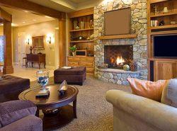 Камин в гостиной не только обеспечивает тепло, но и делает комнату уютной, способствуя душевным разговорам