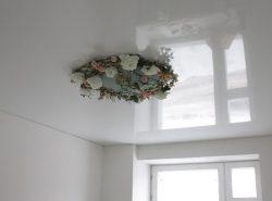 С помощью глянцевого потолка предоставляется возможность преобразить помещение, наполнив его светом