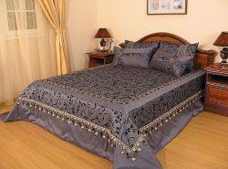 Правильно выбранное покрывало на кровать в спальню послужит для создания атмосферы уюта и отдыха