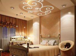 Потолок в спальне - это важный элемент декора, способный с самого утра зарядить позитивом и придать рабочее настроение