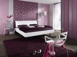 Для создания оригинального интерьера часто используют комбинирование обоев в спальне