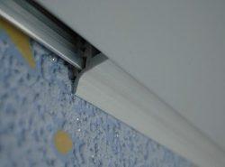 Вставки для натяжных потолков не только маскируют зазор, но и придают законченности интерьеру
