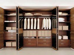 Во многих спальнях шкаф-купе является незаменимым предметом мебели, поскольку он красивый и практичный