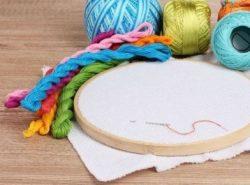 Новичкам лучше всего начинать с простых вышивок, используя схемы и пошаговые инструкции