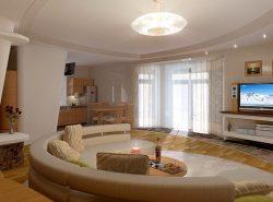 Гостиная в доме - это отличная возможность оформить комнату по собственному дизайну