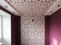 Украсить потолок легко можно с помощью оригинальных обоев
