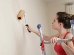 Грунтовка стен необходима для защиты декоративного покрытия от возможной плесени, а также для лучшей адгезии