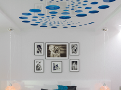 Перфорированный потолок отлично смотрится в любом помещении
