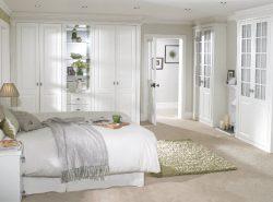 Спальня в светлых тонах, вне зависимости от выбранного стиля оформления, всегда выглядит роскошно и утонченно