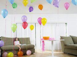 Создать праздничную атмосферу в гостиной вам помогут красивые шары