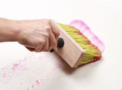 Необходимо правильно подбирать клей для флизелиновых обоев, чтобы ремонт прошел на высшем уровне