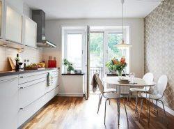 Комбинация обоев украсит вашу кухню, сделает ее светлой и уютной