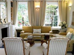 Необходимо подбирать такие шторы для окон, чтобы они соответствовали стилю, в котором выполнена гостиная