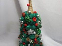 Топиарий елка – это красивая поделка, которая поможет украсить интерьер к новогодним праздникам