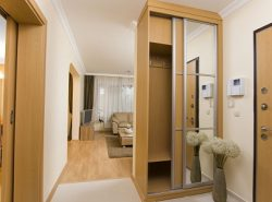 Узкий шкаф отлично подходит для небольших прихожих, поскольку занимает мало места и полноценно выполняет свои функции