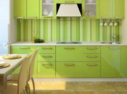 Маленькую кухню можно визуально расширить с помощью оригинальных обоев