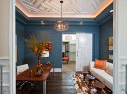 Существует множество различных вариантов оформления потолка в гостиной