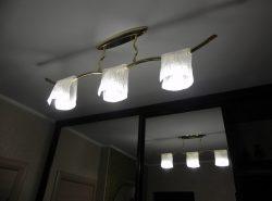 Правильный выбор люстры в коридор является важным для интерьера