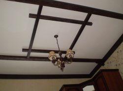Декор потолка существенно преображает интерьер в лучшую сторону, делая его оригинальным и уютным