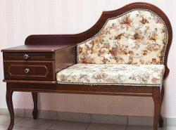 Небольшой диванчик способен придать прихожей комфорта и сделать ее более красивой