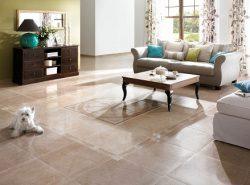 Напольная плитка отлично подходит для гостиной, поскольку имеет хорошие эстетические и эксплуатационные свойства