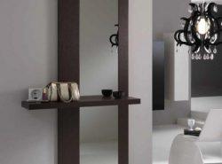 Зеркало с полкой в прихожей могут выглядеть интересно и необычно
