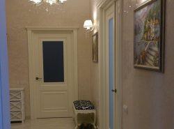 Правильно расположенные настенные светильники в коридоре или в прихожей дают возможность визуально увеличить помещение