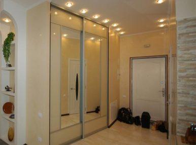 В современных квартирах встраиваемые шкафы-купе в прихожей с каждым днем набирают все больше популярности