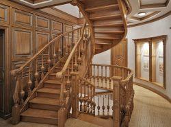 Красиво и модно дополнить интерьер загородного дома можно при помощи стильной дубовой лестницы