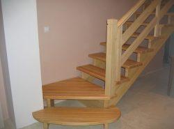 Среди преимуществ деревянных лестниц стоит отметить небольшую цену