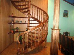 Винтовые лестницы отлично вписываются в любое помещение вне зависимости от стиля, в котором оно выполнено