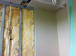 Монтаж гипсокартона к стене осуществляется просто, поэтому нет необходимости привлекать профессионалов